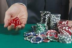 Ręka trzyma trzy czerwonego kostka do gry Obraz Stock