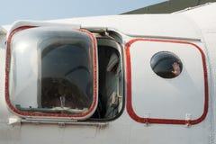 Ręka w iluminatorze helikopter MI-26T Zdjęcie Stock