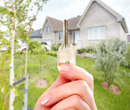 Ręka z domu kluczem Obrazy Stock