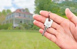 Ręka z domu kluczem Zdjęcia Royalty Free