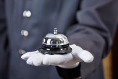 Ręka z hotelowym dzwonem Zdjęcia Royalty Free