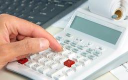 Ręka z kalkulatorem Zdjęcie Royalty Free