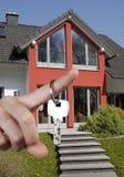 Ręka z kluczem i domem Zdjęcie Stock