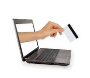 Ręka z kredytowej karty komesem od laptopu ekranu Fotografia Royalty Free