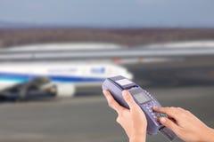 Ręka z kredytowej karty zamachem przez terminal Obraz Stock
