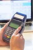 Ręka z kredytowej karty zamachem przez terminal Zdjęcia Stock