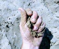 Ręka z piaskiem Zdjęcia Royalty Free