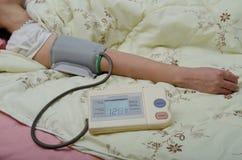 Ręka z sphygmomanometer Zdjęcia Royalty Free