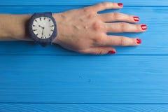 Ręka z wristwatch Obrazy Royalty Free