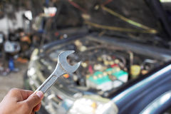 Ręka z wyrwaniem sprawdza samochodowego silnika Zdjęcia Royalty Free