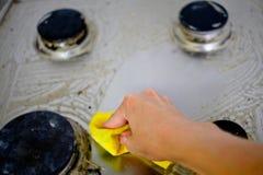 Ręki cleaning kuchenka Obraz Stock