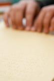 Ręki czytanie w Braille Fotografia Royalty Free