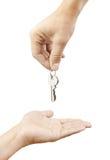 Ręki daje kluczom i bierze dwa ludzie, Zdjęcia Royalty Free