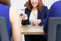 R?ki daje kluczom klient sprzeda?y przedstawicielstwo firmy samochodowej obraz royalty free