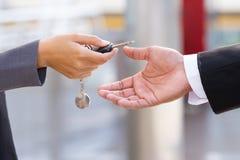 Ręki daje kluczom samochodowy handlowiec Zdjęcie Stock