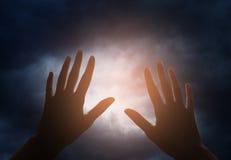 Ręki dojechanie dla nieba Zdjęcia Royalty Free