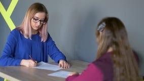 R?ki dwa bizneswoman podczas gdy podpisuj?cy kontrakt poj?cia prowadzenia domu posiadanie klucza z?oty si?gaj?cy niebo zbiory