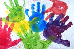 ręki dzieciaków farba