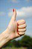 Ręki dziewczyna pokazuje aprobaty Zdjęcie Stock