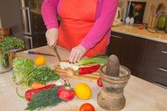 Ręki gotuje w kuchni zdrowym jedzeniu w domu Szef kuchni kobiety kucharstwo w kuchni Fotografia Stock