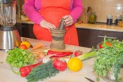 Ręki gotuje w kuchni zdrowym jedzeniu w domu Szef kuchni kobiety kucharstwo w kuchni Obrazy Stock