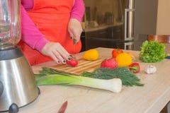 Ręki gotuje w kuchni zdrowym jedzeniu w domu Szef kuchni kobiety kucharstwo w kuchni Zdjęcia Stock