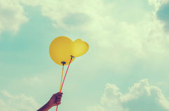 Ręki i balonu niebieskie niebo Fotografia Royalty Free