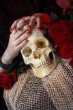Ręki i czaszka Zdjęcia Stock