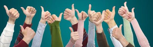 Ręki i gesty na zielonym tle fotografia stock
