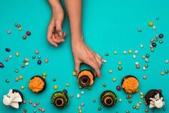 Ręki i Halloween babeczki Zdjęcie Stock