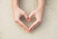 Ręki i palce z czerwonym manicure'em Fotografia Royalty Free