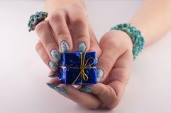 Ręki i prezent Zdjęcie Stock