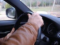 Ręki kierowca na kierownicie samochód, Jedzie bezpiecznie Fotografia Stock