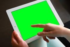 Ręki klapanie na ekranie obraz stock
