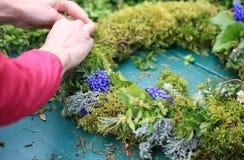 Ręki kobieta robi wiosna wiankowi Zdjęcie Royalty Free