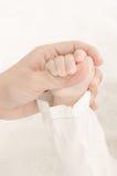 Ręki macierzysty mienia baby'hand zdjęcia royalty free