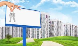 Ręki mienia billboard i klucze Zdjęcia Royalty Free