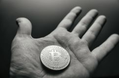Ręki mienia bitcoin Tonned rocznika stylu fotografia Fotografia Stock