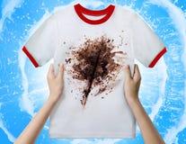 Ręki mienia brudna koszula obrazy stock