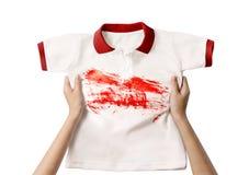 Ręki mienia brudna koszula obraz stock