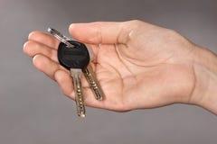 Ręki mienia klucze od nowego mieszkania Zdjęcia Stock
