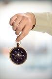 Ręki mienia kompas Zdjęcie Stock