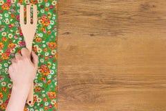 Ręki mienia kuchenny drewniany rozwidlenie Deseniowego kwiatu sukienna pielucha dalej Zdjęcie Royalty Free