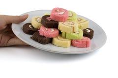 Ręki mienia naczynie kolorowy plasterek rolki tort Zdjęcie Royalty Free