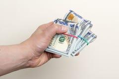Ręki mienia paczki sto dolarowych banknotów Zdjęcie Stock