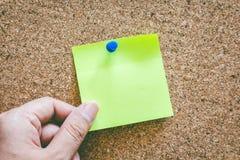 Ręki mienia przypomnienia kleista notatka na korek desce Zdjęcie Royalty Free