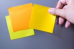 Ręki mienia pustego miejsca notatka Sticked Obrazy Stock