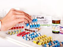 Ręki mienia remedium. Zdjęcie Stock