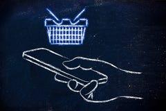 Ręki mienia telefon komórkowy z rozjarzonym wózek na zakupy Zdjęcia Royalty Free