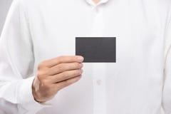 Ręki mienia wizytówki projekta pusty prosty czarny mockup Fotografia Stock